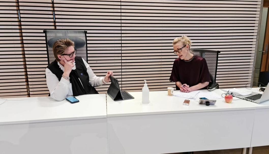 HOLDT PRESSEKONFERANSE: Ordfører Hanne Opdan (t.v.) og kommuneoverlege Kerstin Anine Johnsen Myhrvold holdt digital pressekonferanse tirsdag formiddag. Dette bildet er fra en pressekonferanse sist helg.