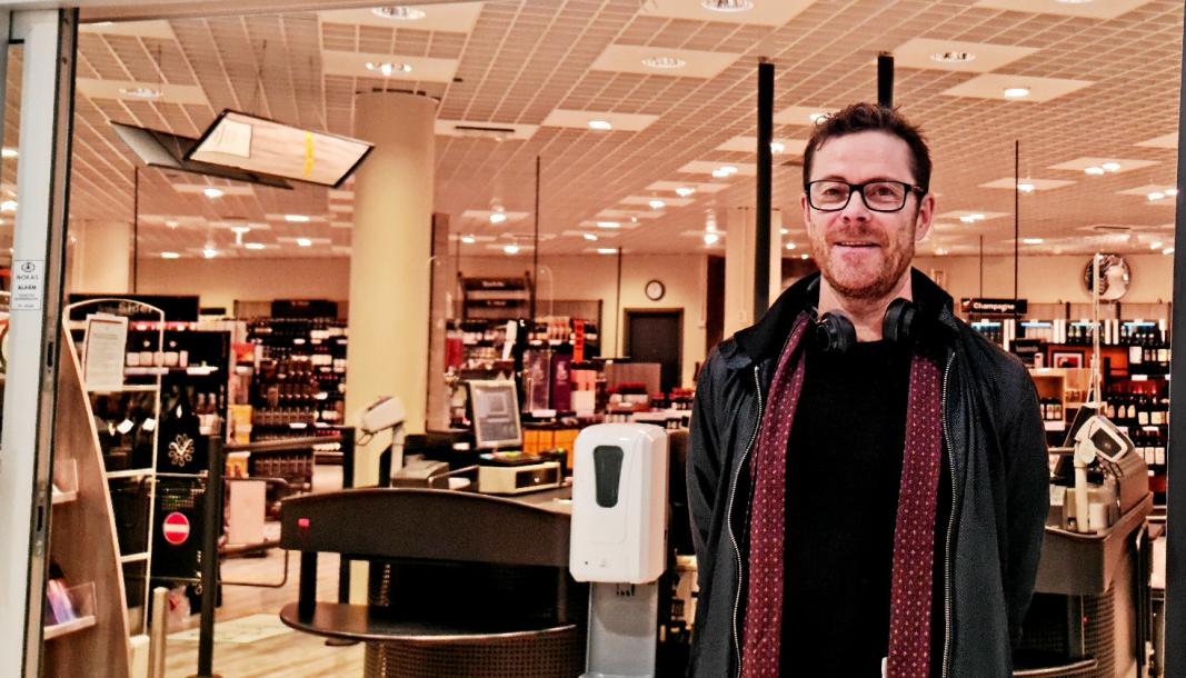 STENGT, MEN MULIGHETER: Kommunikasjonssjef Jens Nordahl sier Vinmonopolet oppfordrer alle til å ikke reise ut av kommunen for å handle på andre pol. Nå er det opprettet hjemlevering fra de lokale utsalgene.