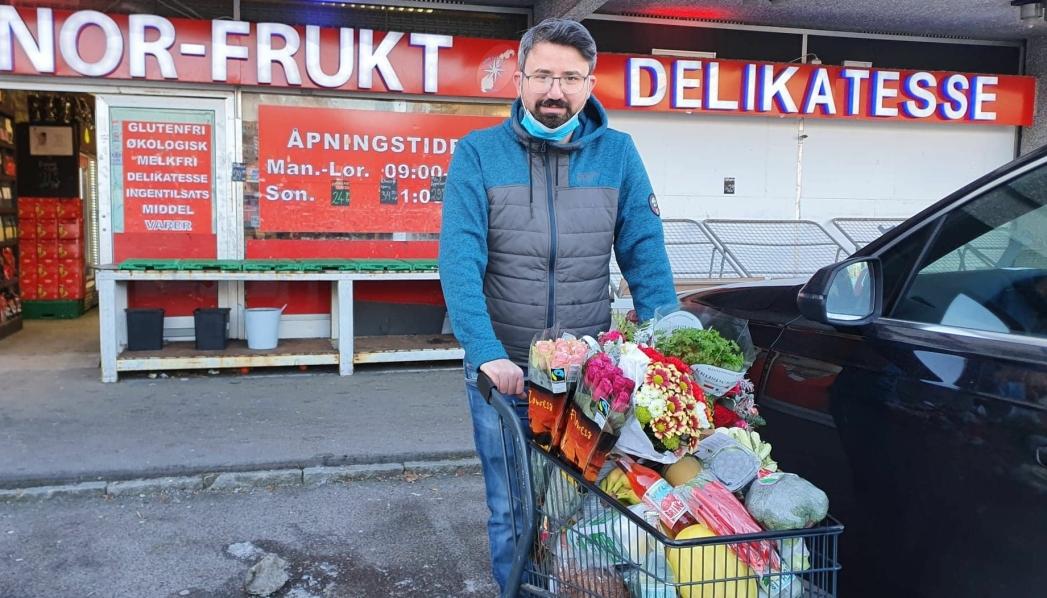 GRATIS LEVERING: – Dette er et tilbud til folk i tidligere Oppegård som trenger hjelp i denne tiden, sier Cihad Ugur. Foto: Yana Stubberudlien