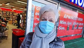 TAKKER FOR BLOMSTER: Ellen Grynde takker fetterne Ugur for omtanken i den dystre tiden. Foto: Yana Stubberudlien