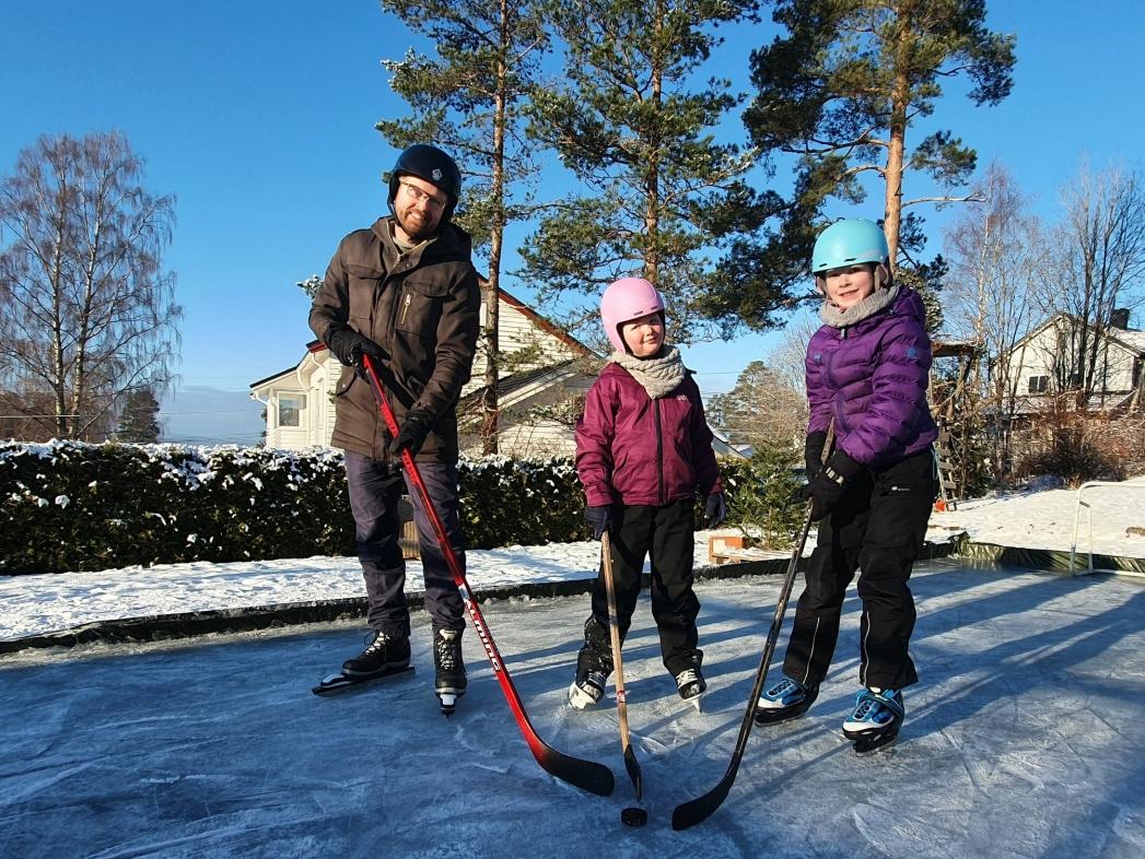 CAMILLA HILLE SOM FORBILDE: – Nå satser vi på å bli like flinke som Camilla Hille (tidligere landslagsspiller i ishockey), sier Hans Martin Enger med et smil. Her er han avbildet sammen med døtrene Ingvild (8) og Solveig (11). Foto: Yana Stubberudlien