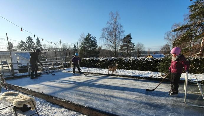 PRIVAT SKØYTEBANE: Sjekk det nye prosjektet til familien Enger fra Sofiemyr! Foto: Yana Stubberudlien
