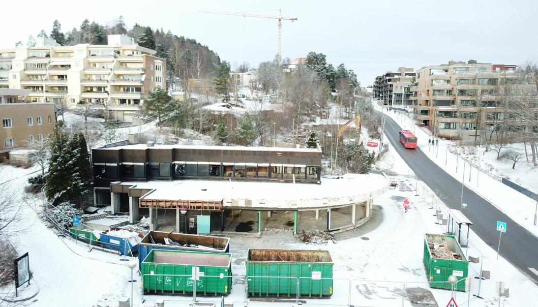 RIBBET OG RIVEKLART: Den gamle bygningen i krysset Kolbotnveien/Ormerudveien sto klart til rivning mandag denne uken.