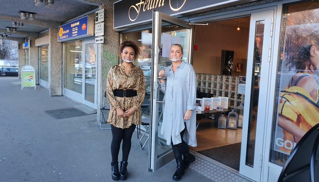 HOLDER ÅPENT: Ingrid Alcantara og Camilla Pedersen ønsker kundene velkommen. Foto: Yana Stubberudlien