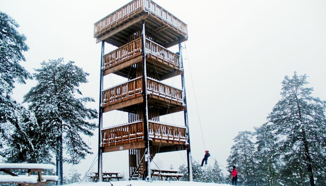 GOD UTSIKT: Her er Ski sin versjon av branntårnet. Den øverste etasjen er 12 meter over bakken, mens selve Hjellsåsen er på 238 meter over havet. God utsikt, med andre ord - fra toppen kan man se til Gaustadtoppen og store deler av Oslomarka. 20 km fra Sofiemyr stadion (til Granerud Skytebane)