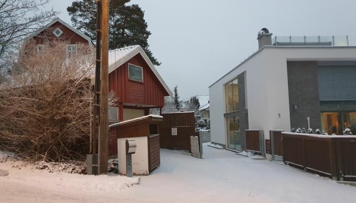 HER SKAL DET BLI INNKJØRSEL TIL GARASJEANLEGGET: Det røde huset i Kantorveien 13 er kjøpt av utbyggeren og skal rives. Her skal det bygges innkjørsel til et garasjeanlegg og fire duplex-rekkehus med fire etasjer over bakkenivået.