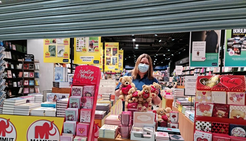 STENGT, MEN MULIGET: Du kommer ikke inn i bokhandelen, men med vipps og en løsning som nærmest en gammeldags landhandel er butikksjef Toril Arveng klar til å starte en nødløsning av årets Mammutsalg mandag 15. februar.