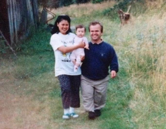 FAMILIEN: Sarah på armen til mamma Jemima sammen med pappa Per Christian, en mann veldig mange på Kolbotn har et forhold til. Per Christian startet landets første karaoketaxi.