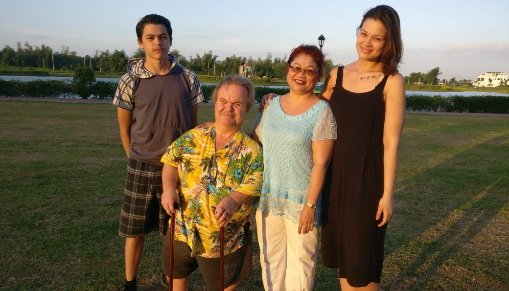 SAVNER FAMILIEN: Mens Sarah bor på Kolbotn og har blitt stjerne på TV 2, bor resten av familien på Filippinene. Koronapandemien har ført til at de ikke har sett hverandre på veldig lenge. På bildet er Sarah sammen med mamma Jemima, pappa Per Christian og lillebror John Gabriel.