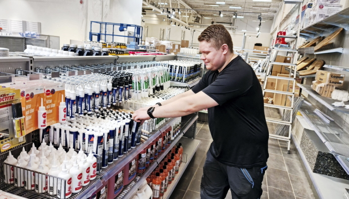 PÅ PLASS: Medarbeider Andreas var opptatt med å fylle opp i hyllene på Sofiemyr.