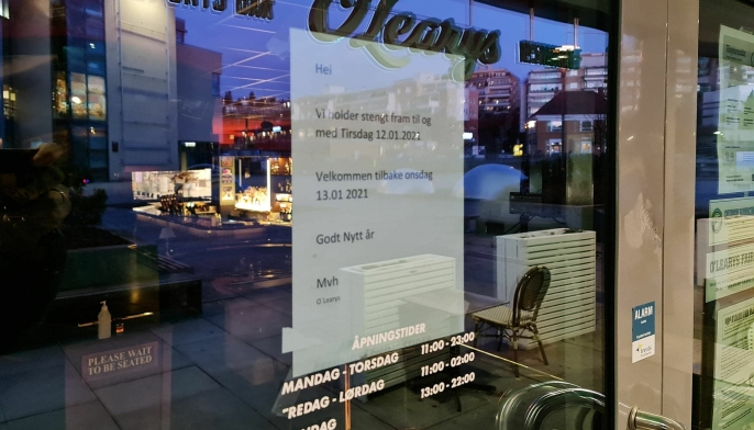 FORTSATT STENGT: Torsdag kveld hang fortsatt lappen fra januar på inngangsdøren til restauranten. O'Learys hadde siste åpningsdag 2. juledag i fjor.