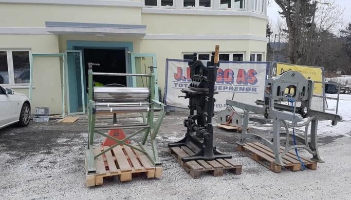 KLARE TIL AVGANG: Trykkpressene veide til sammen fem tonn da de ble fraktet ut av lokalene på Tyrigrava.