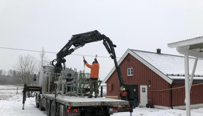 FRAKTET TIL ÅS: Trykkpressene ble fraktet på lastebil til det nye grafikkverkstedet kunstnerne deler i Ås.