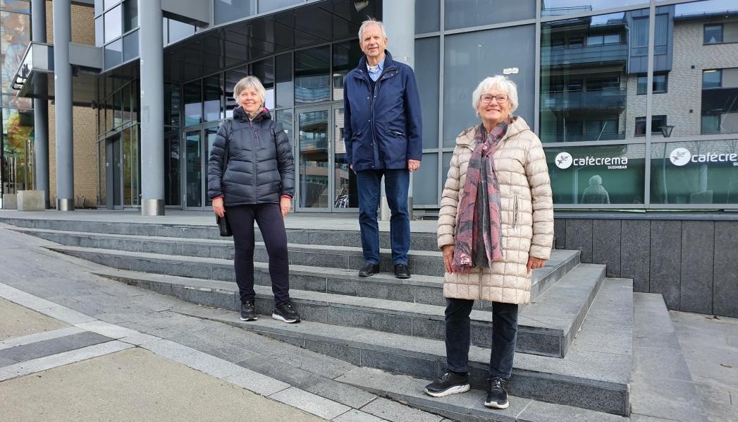 GLEDER SEG: På bildet kan du se Inger Stensrud, Lars Kleivan og Turid Kjersem i Oppegård kunstforening. De gleder seg til å feire den store dagen når samfunnet åpner opp igjen. Foto: Yana Stubberudlien