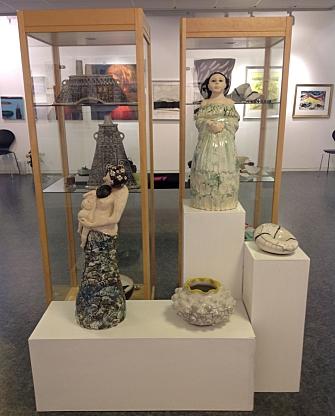 TRADISJON MED JULEUTSTILLINGER: Helt siden starten i 1981 har kunstforeningen arrangert juleutstillinger med både malerkunst og kunsthåndverk. Keramikken i forgrunnen er laget av Elisabeth Moe Øverli.