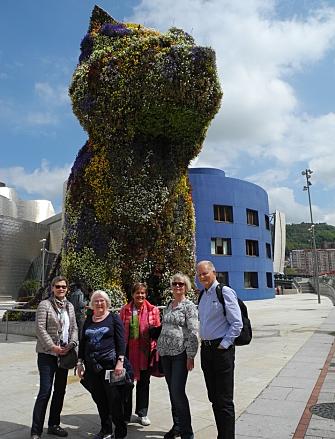 ÅRLIGE KUNSTTURER: Nesten hvert år arrangerer Oppegård kunstforening kunsttur til en europeisk eller norsk by. Her er noen turdeltakere avbildet utenfor Guggenheimmuseet i Bilbao.