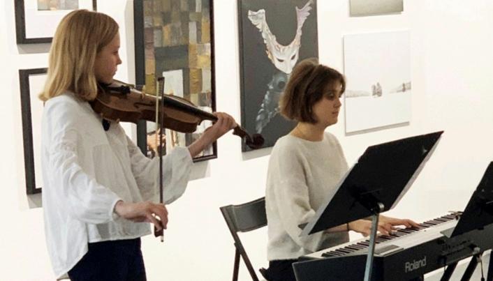 SAMARBEID MED KULTURSKOLEN: Kunstforeningen samarbeider ofte med kulturskolen om underholdning. På bildet ser du den unge fiolinisten Eline Heistø Carlsen, som blir akkompagnert av en øst-europeisk student ved Musikkhøyskolen.