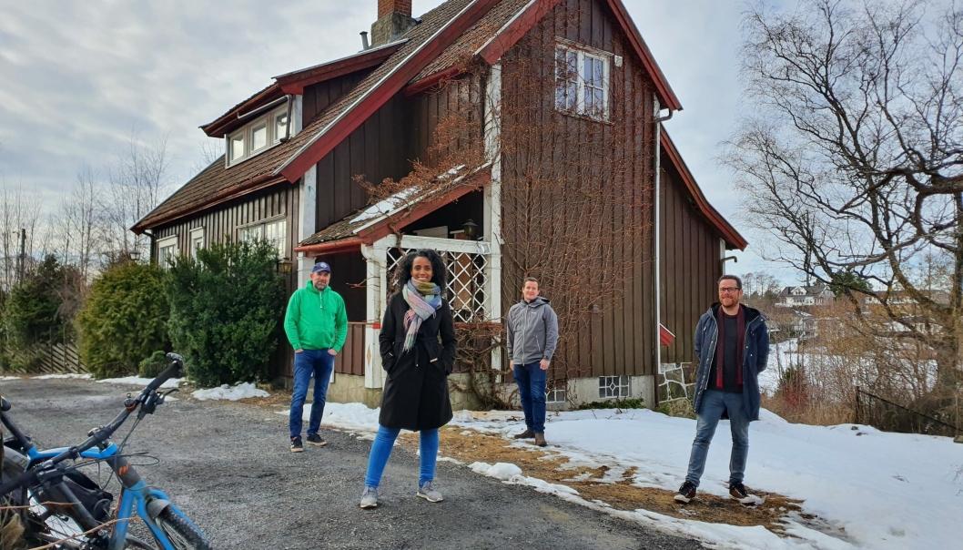 FORSLAG FRA FLERTALLSPARTIENE: Huset Venleik kan bli en ny ungdomskafe på Kolbotn. Huset er fra cirka 1915 og ligger i Theodor Hansens vei 8A, like ved Generasjonsparken. På bildet kan du se Nesanet Hailemariam (foran på bildet) fra Venstre sammen med Paal Sjøvall (Sp), Håkon Heløe (Ap) og Jens Nordahl (MDG). Foto: Yana Stubberudlien