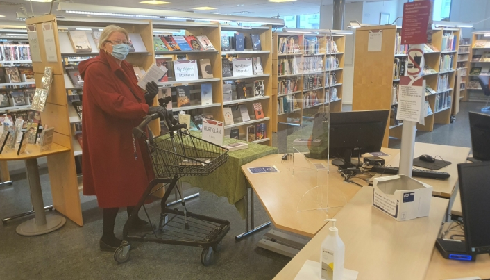 """SETTER STOR PRIS: Astrid Hamre (78) fra Kolbotn setter stor pris på løsningen med """"Bestill og hent"""". Det er veldig bra at biblioteket tilbyr """"Bestill og hent"""". Jeg er ikke så ofte innom biblioteket nå på grunn av høye smittetall. Jeg er ikke vaksinert ennå og er derfor veldig forsiktig, sier 78-åringen. Foto: Yana Stubberudlien"""