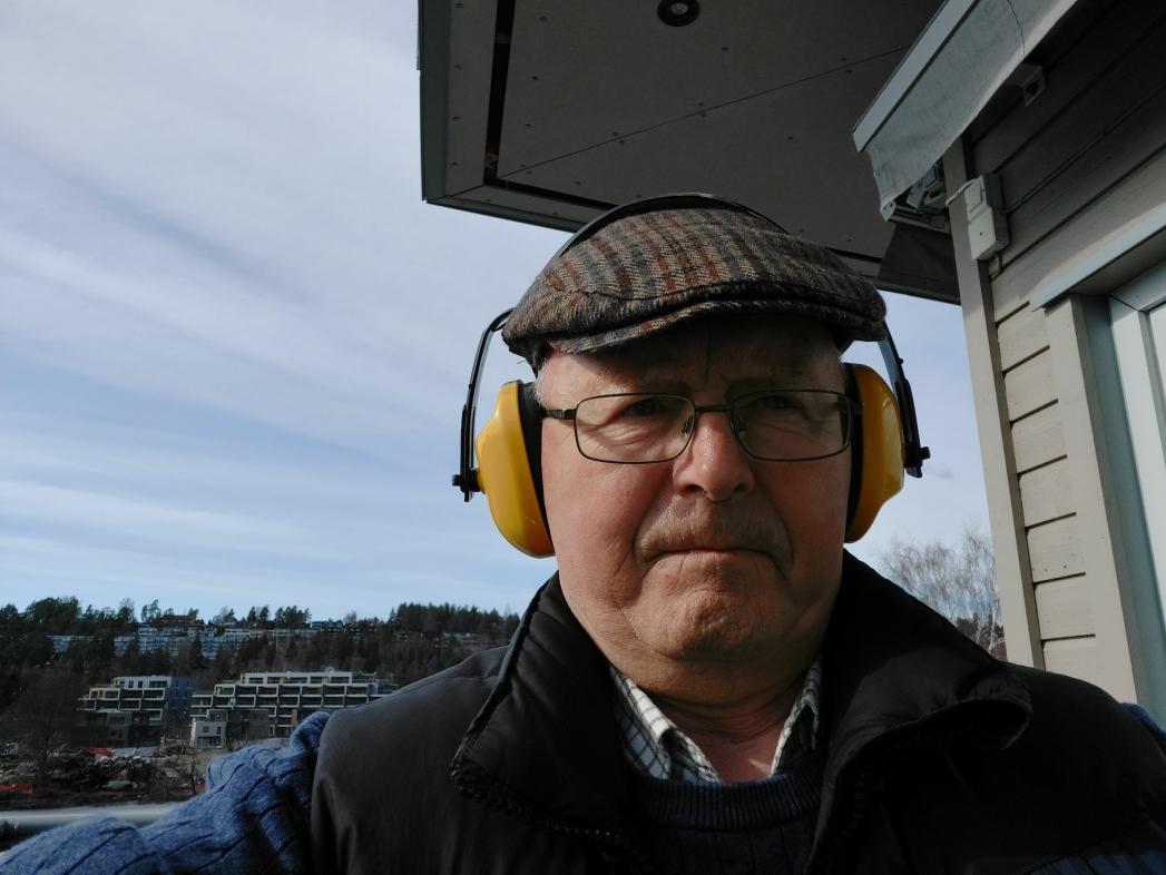 STILLER SPØRSMÅL TIL KOMMUNEN OG POLITIKERNE: – Vil kommunen skjerpe gjeldende lydkrav for fremtidige prosjekt? Vi som bor her, har nemlig fått nok, sier Gunnar Sveen, som bor i Kolbotn sentrum. Foto: Privat