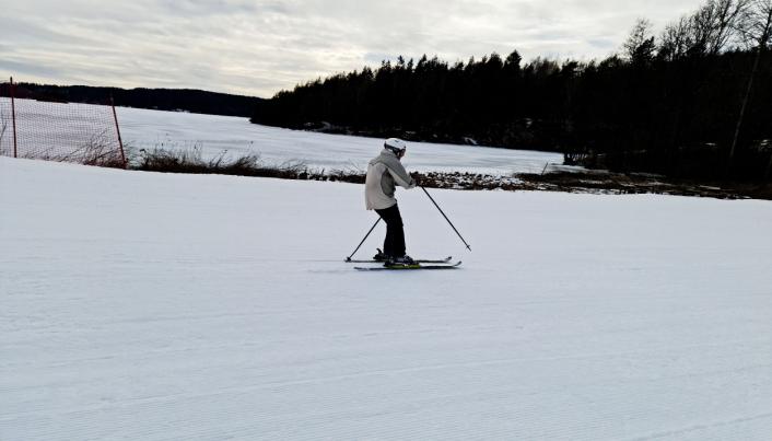 SUSER AVGÅRDE: Med Gjersjøen i bakgrunnen kommer Britt Lillian ned henget i Ingierkollen. Teknikken er upåklagelig for den rutinerte slalåmkjøreren.