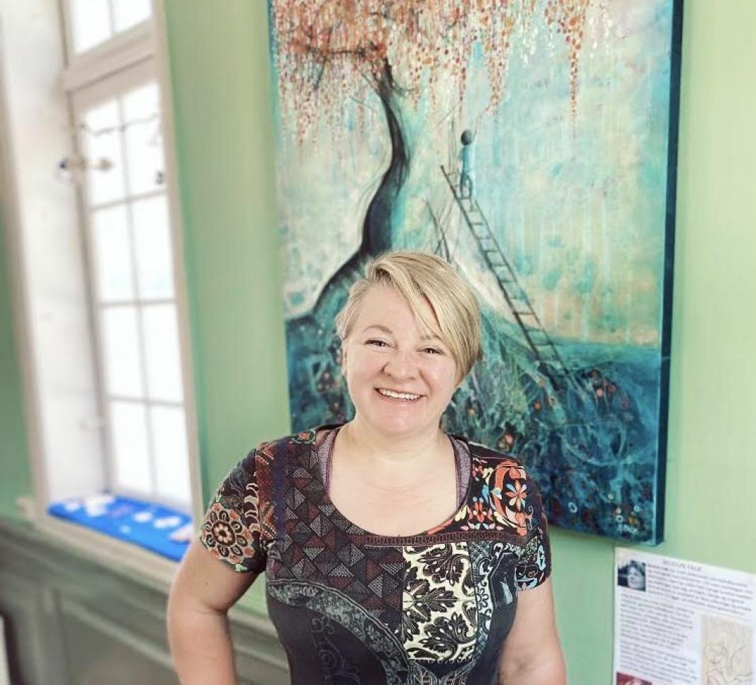 KUNSTNERLIV: Koronatiden har skapt mange utfordringer for lokale kunstnere. Reidun Falk driver sitt eget Galleri Falk. Hun har evnet å tenke kreativt tross tøffe tider.