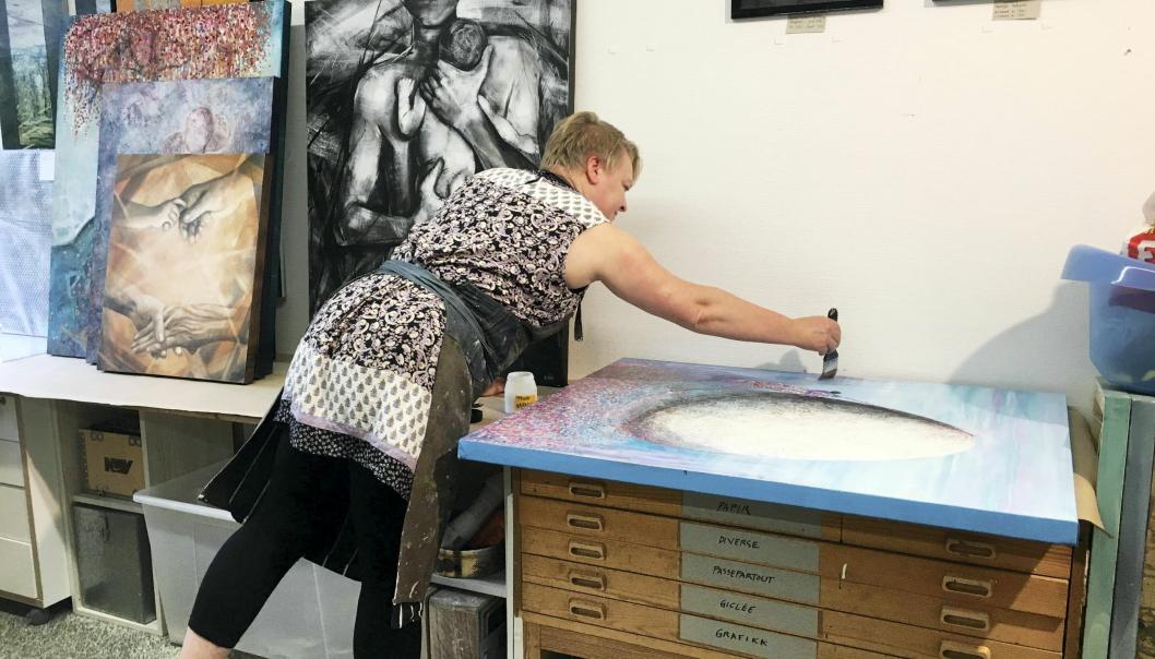 KUNST PÅ CAMPUS: Reidun Falk skaper kunst på Rosenholm Campus.