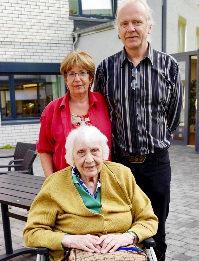 BURSDAG I BAKGÅRDEN: Søsknene sammen med moren Ingrid Gyllander i forbindelse med hennes 96-årsdag 28. juli 2018. Et hyggelig minne fra bakgården på Høyås.
