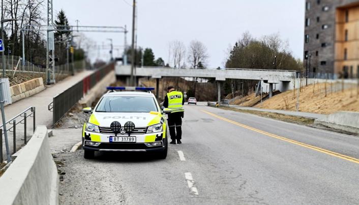 VINKET INN: Tjenestemannen som vinket inn førerne fra 40-sonen skrev 15 forelegg søndag ettermiddag.