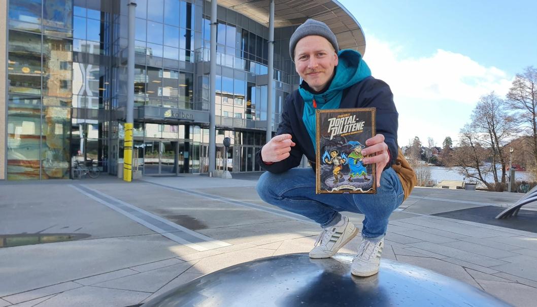 HOPPER TIL NY DIMENSJON: For en måned siden debuterte Stian Gulli som barnebokforfatter. «Portalpilotene» handler om bestevennene Melvin og Adi som hopper fra dimensjon til dimensjon. Foto: Yana Stubberudlien