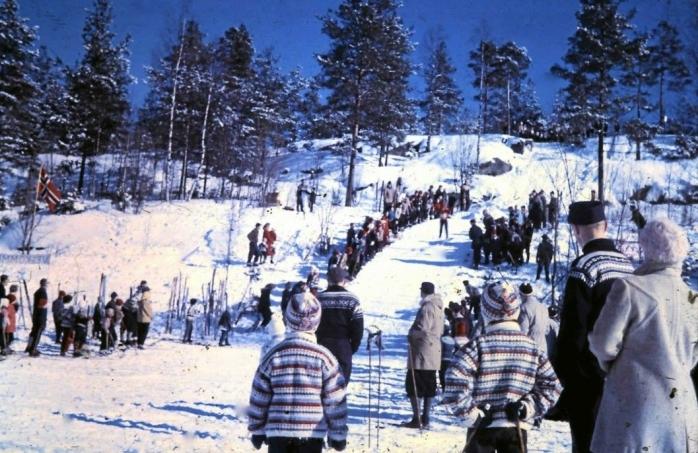 DEN GAMLE BAKKEN: Slik så den gamle den hoppbakken «Trulser'n» ut i 1963 eller 1964. . Hoppbakken ble bygget på Ødegården i 1955 og var veldig populær i gamle dager, men ble revet i 2002. I 2016 ble den transformert til en akebakke. Foto: Willy Eriksen