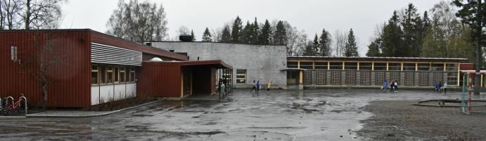 UTEDOENE PÅ SOFIEMYR SKOLE: I boken nevnes utedoene ved den røde skolebygningen på Sofiemyr og trestokkene i skolegården for å kunne øve balanse.