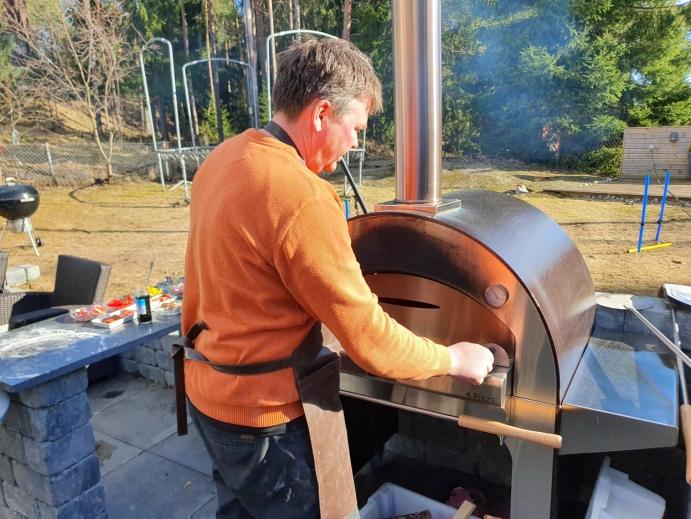 VIKTIG MED TEMPERATUREN: Espen passer på at temperaturen inne i ovnen ikke overstiger 400 grader. Foto: Yana Stubberudlien