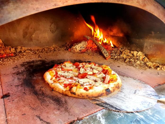 VEDFYRT OVN: Pizza er klar på under fem minutter. Foto: Yana Stubberudlien