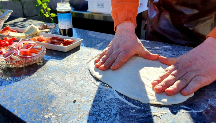 PIZZA I HAGEN: Familien Kronlund liker å lage et pizzaverksted i hagen. Foto: Yana Stubberudlien