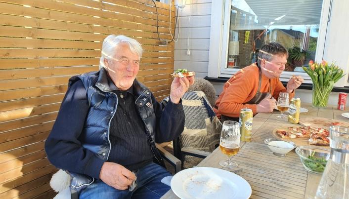 KOSER SEG MED PIZZA: På bildet kan du se Terje Kronlund (79) sammen med sønnen Espen (50). Foto: Yana Stubberudlien