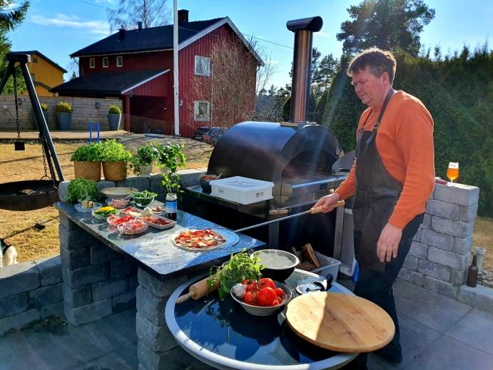 FIKK ØNSKET OPPFYLT: Nå er Espen Kronlund pizzakongen – med egen vedfyrt pizzaovn i hagen. Foto: Yana Stubberudlien