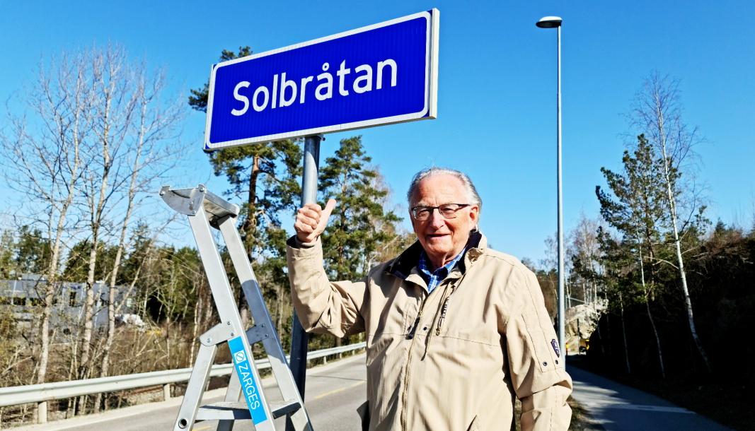 TOMMEL OPP: Halvor Stormoen hadde grunn til så smile mandag. Etter mange års kamp har Solbråtan endelig fått sitt stedsnavnskilt.