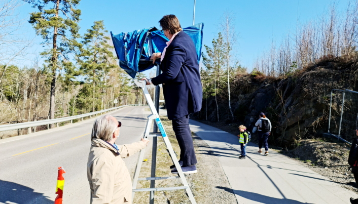 FJERNET PLASTEN: Halvor Stormoen holdt gardintrappen mens ordfører Hanne Opdan fjernet plasten over de nye skiltene.
