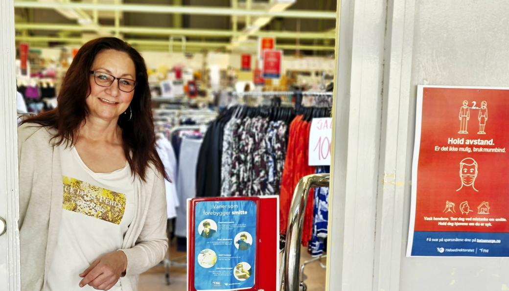 VARER I DØREN: Inntil videre er det forhåndsbestilling og utlevering på døren ved butikken i Prinsdal som gjelder for Ingvill Anke Garden og hennes medarbeidere ved Bogerud i Prinsdal.