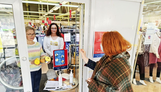 HENTET UT: Flere kunder var innom butikken i Prinsdal og fikk levert varer gjennom døren da Oppegård Avis besøkte Bogerud i Prinsdal sist fredag.