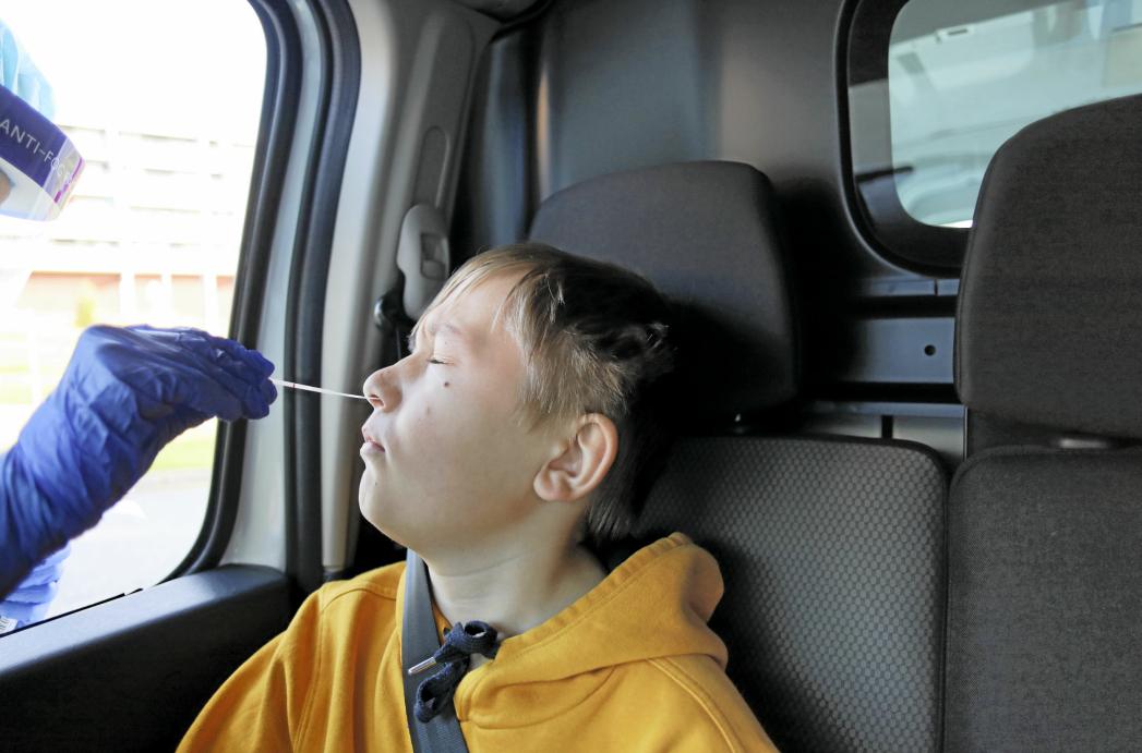 SLIK SKAL BARN TESTES: FHI anbefaler å bruke fremre neseprøve ved testing av barn. Illustrasjonsfoto: Torbjørn Eriksen
