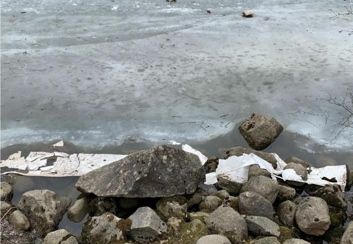 GIKK I OPPLØSNING: Bildet, som ble tatt ved Tussetjern i slutten av mars, viser at lensen gikk i oppløsning på flere steder. Foto: Trond Grahnstedt