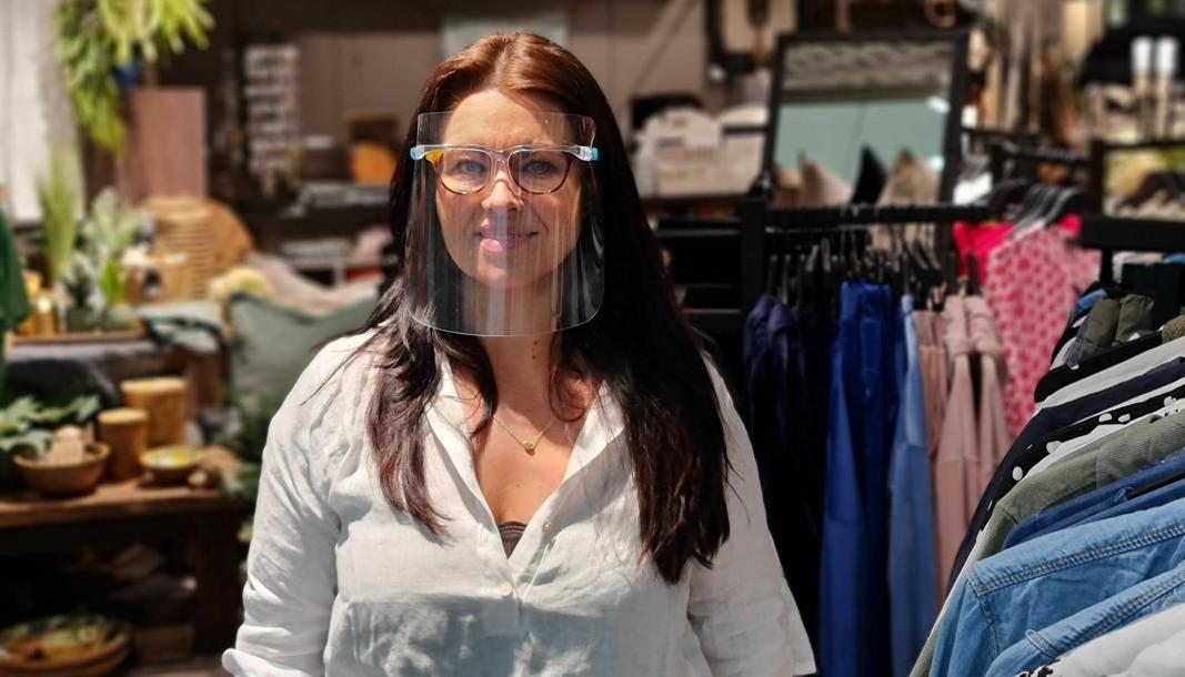 ENDELIG GJENÅPNING: Anita Ertsland hos Sjarm & Sjel hadde god grunn til å smile bak visiret. Mandag kunne hun gjenåpne butikken på Kolbotn Torg.