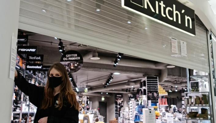 ÅPNET GITTERET: Etter seks uker som permittert var Silje Weidal veldig glad for å åpne dørene til Kitch'n på Kolbotn Torg mandag formiddag.