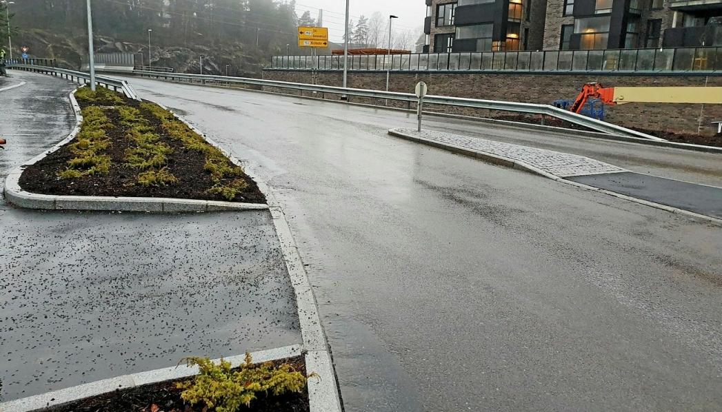 """HAR TILRETTELAGT KRYSNINGSPUNKT I DAG: Ved """"tilrettelagte krysningspunkt"""" er det brukt de samme sikkerhetstiltakene som ved gangfelt (forsterket belysning, nedsenket kantstein og midtrabatt), men uten at det er skiltet og merket gangfelt. Som kjørende har du ikke vikeplikt for de myke trafikantene som ønsker å krysse veien. Foto: Yana Stubberudlien"""