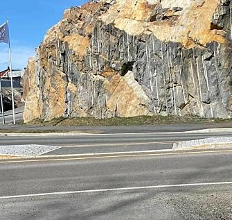"""PÅ FLERE STEDER: Det er flere slike """"overganger"""" ved Myrvoll torg og Skogsåsen. De er uten skilt og oppmerking. Foto: Jenni Kirkemo"""