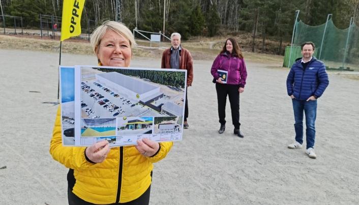 PLANEN: Hege Frøyna med planen for den nye flerbrukshallen på Greverud.