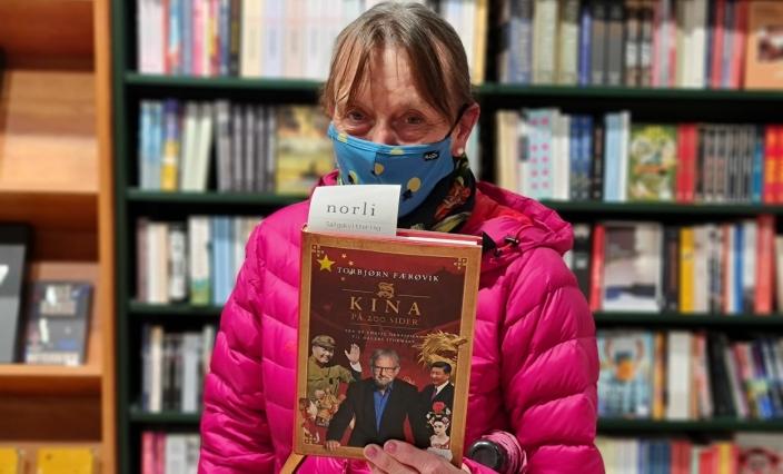 BOKELSKER: Vilgun Hjelseth fra Kolbotn var en av mange kunder som besøkte bokhandelen på maisalgets første dag.