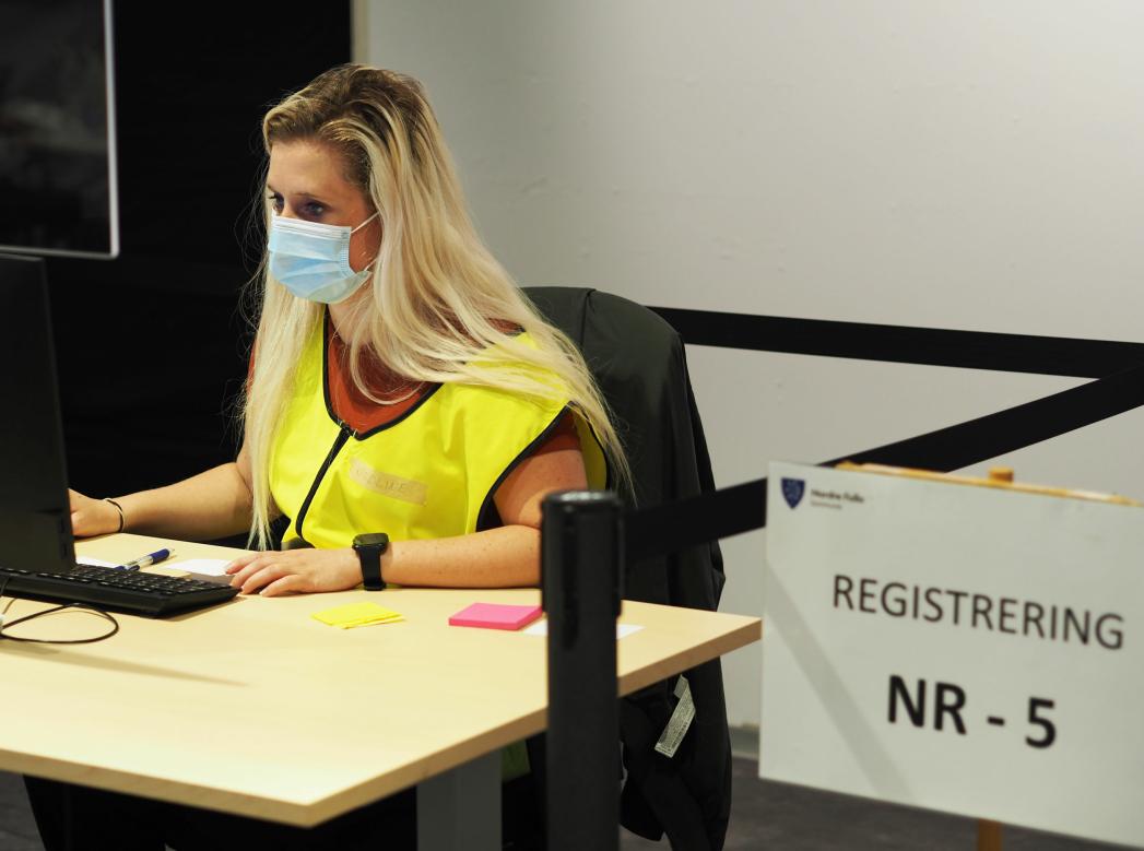 ER MED PÅ DUGNAD: Det er mange frivillige som bidrar med det de kan på vaksinesenteret på Ski Storsenter. På bildet ser du Karoline Ringstad som bidrar med registrering. Kilde: Marit F. Nilsen/ Nordre Follo kommune
